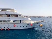 一条大白色小船,船,与救生圈,在一种热带温暖的南部的手段的舷窗的巡航划线员反对蓝色盐azu 免版税库存照片