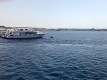 一条大白色小船,船,在一种热带温暖的南部的手段的巡航划线员反对蓝色盐蓝色天蓝色的海,海洋 库存图片