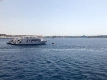 一条大白色小船,船,在一种热带温暖的南部的手段的巡航划线员反对蓝色盐蓝色天蓝色的海,海洋agai 库存图片