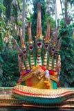 一条大绿色纳卡人蛇的雕象与金黄飞翅的,与seve 库存图片