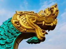 一条大蛇的雕象在金黄头和绿色身体的 库存照片