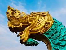 一条大蛇的雕象在金黄头和绿色身体的 免版税库存图片