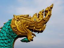 一条大蛇的雕象在金黄头和绿色身体的 库存图片