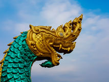 一条大蛇的雕象在金黄头和绿色身体的 图库摄影