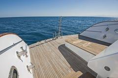 一条大豪华马达游艇的船尾甲板 库存图片