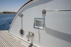 一条大豪华马达游艇的船尾甲板 免版税库存图片