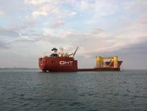一条大载体小船在塞图巴尔市港口外面在葡萄牙 免版税库存照片