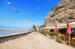 一条大道和餐馆大阳台的风景看法2015年7月12日在Tazacorte,拉帕尔玛岛,加那利群岛,西班牙 库存照片