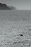 一条孤立小船在海运 免版税库存图片