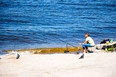 一条孤立渔夫抓住鱼 库存图片