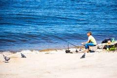 一条孤立渔夫抓住鱼 免版税库存图片