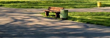 一条孤立长凳在公园 免版税图库摄影