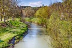 一条安静的河的宁静在小山的乡下 图库摄影