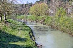 一条安静的河的宁静在小山的乡下 库存照片
