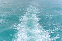 一条客船或速度小船的波浪在海 图库摄影