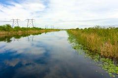 一条寂静的运河反射的云彩在佛罗里达 图库摄影