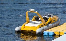 一条小可膨胀的小船 免版税库存照片