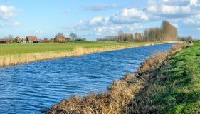 一条小小河的起波纹的水表面在乡区 免版税库存照片