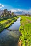 一条小河在一个晴朗的春日 库存照片