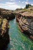 一条小河形成的深峡谷 免版税库存照片