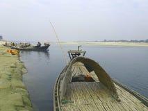 一条小河的图片 我们看一半小船和远的destence两条小船 图库摄影