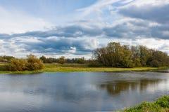一条小河的岸在秋天天 秋天横向 免版税图库摄影