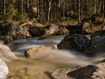一条小河的长期曝光与岩石的 图库摄影