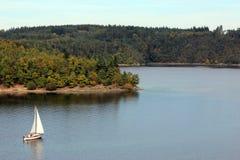 一条小白色游艇 免版税库存图片