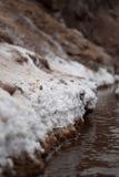 从一条小的小河的干盐在Maras,秘鲁 免版税库存照片
