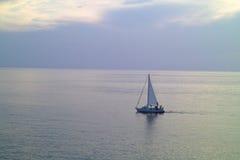 一条小的航行游艇在海运 免版税库存图片