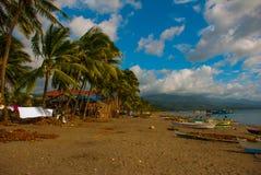 一条小舷外架样式Banca小船基于一个热带海滩 Pandan,班乃岛,菲律宾 库存照片