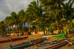 一条小舷外架样式Banca小船基于一个热带海滩 Pandan,班乃岛,菲律宾 图库摄影