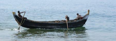 一条小船传染性的鱼的渔夫在海洋,印度 库存图片