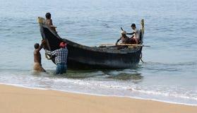 一条小船传染性的鱼的渔夫在海洋,印度 免版税图库摄影