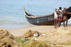 一条小船传染性的鱼的渔夫在海洋,印度 免版税库存图片