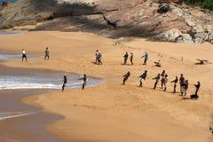 一条小船传染性的鱼的渔夫在海洋,印度 库存照片