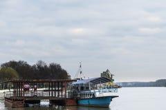 一条小船和一艘浮船在河 图库摄影