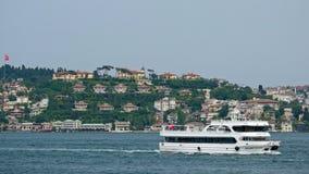 一条小船和大厦的看法沿Bosphorus在伊斯坦布尔 免版税图库摄影