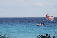 一条小船和它的降伞在海 图库摄影