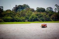 一条小船在亚马孙河密林盐水湖 免版税图库摄影