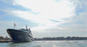 一条小船在威尼斯港口 免版税图库摄影