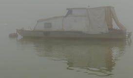 一条小船在河 免版税库存图片