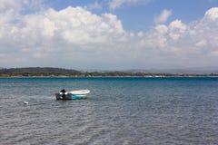 一条小船在海在Katakolon,希腊 免版税库存照片