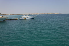 一条小船在海运的一个港口 免版税库存图片