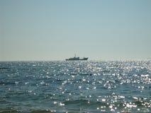 一条小船在海 库存照片