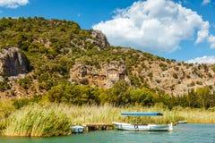 一条小船在湖俯视Lycian坟茔的Koycegiz站立 库存图片