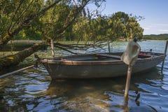 一条小船在湖 库存图片