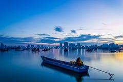 一条小船在芭达亚市 库存照片
