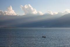 一条小船在Erhai湖 库存图片