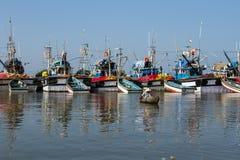 一条小船的一位渔夫在口岸钓鱼 渔运送停住和等待tomorrow& x27; s天 免版税库存照片